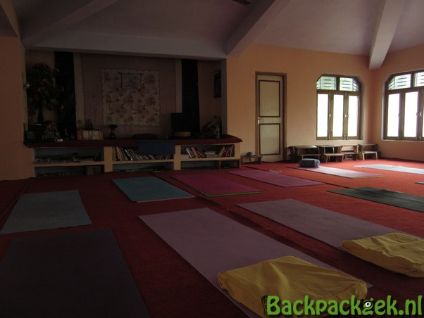 Backpackgek in een Ashram - de yogazaal